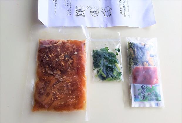 中には、壱岐で獲れた真鯛とイカの刺身を特製しょうゆだれに漬けた鯛茶漬とイカ茶漬のミックスの冷凍、わかめ、梅干し、お茶漬けの素、わさびが入っています