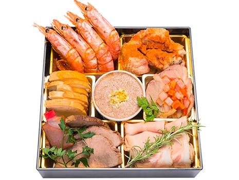 二ノ重は、赤海老のブイヨン煮、徳島県産地鶏阿波尾鶏のスパイス焼き、合鴨と香味野菜のオリエンタルマリネなど7品。