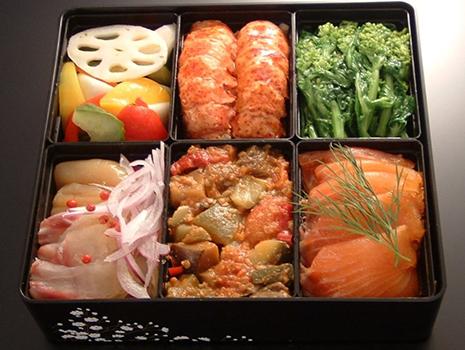 一ノ重には、レンコン、パプリカ、かぶなどの野菜のマリネ、オマールエビの冷静特製ソース和えなど。