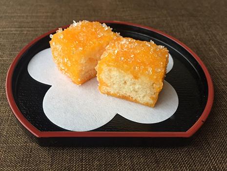 「平戸 蔦屋」さんのカスドースの周りは糖蜜にザラメがまぶされていてサクッとした食感。