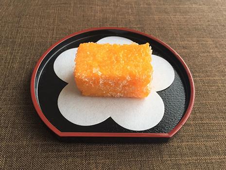 カステラではありません。カスドース。長崎県平戸市の銘菓です。カステラに卵黄をつけて糖蜜で揚げてあります。