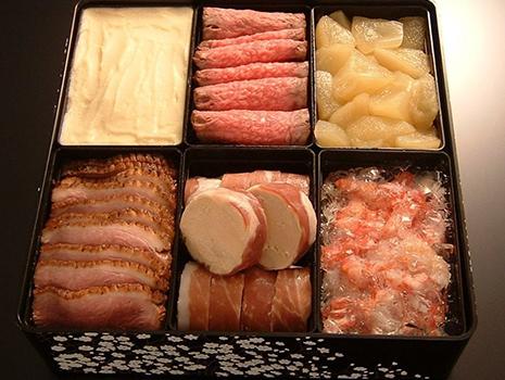 二ノ重には、活真鯛、生帆立貝、スコッチサーモンなどの自家製スモークやフォアグラ。