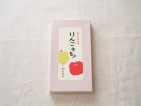 箱のラベルやお菓子の包み紙がレトロな絵柄で、とってもかわいらしい。