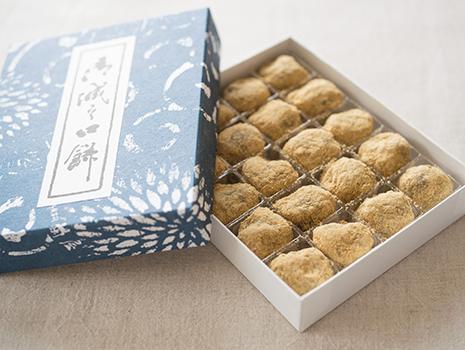 小豆は高級品で知られる丹波大納言、餅米は近江産、きな粉は国産青大豆を使用しています。