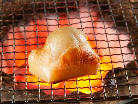 ふっくらと焼き上がり、昔ながらの醤油と砂糖が絡み合ったほの甘い香りと味に心も癒される。