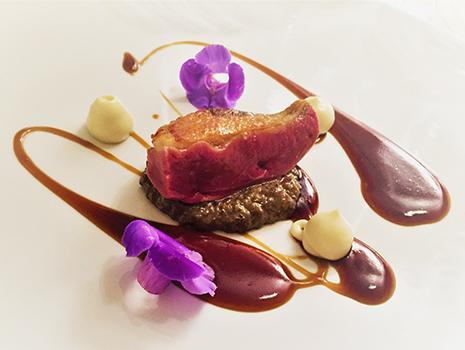味、色彩、食感にこだわった最新のスペインガストロノミー料理を体験できる。
