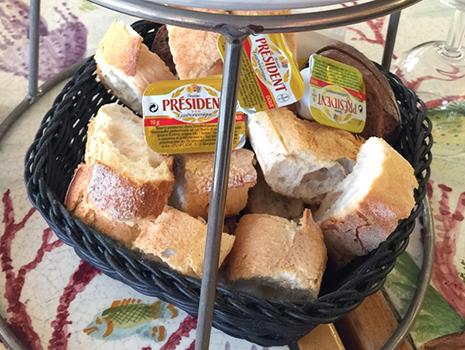 大量のフランスパン