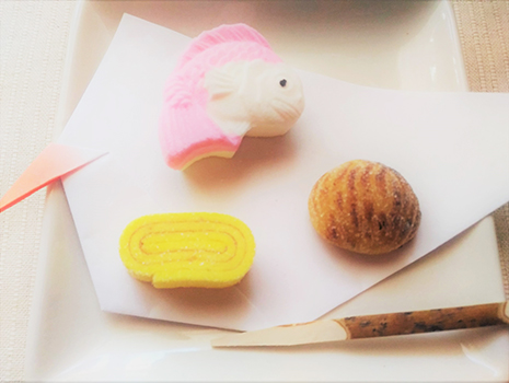 「おせち菓子」より、左から時計回りに伊達巻、鯛、焼き栗