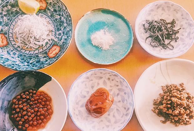 バルミューダの炊飯器でおかゆを用意。自家製のいくら、作りおきしてあった中華風そぼろ、ろく助塩などなど。
