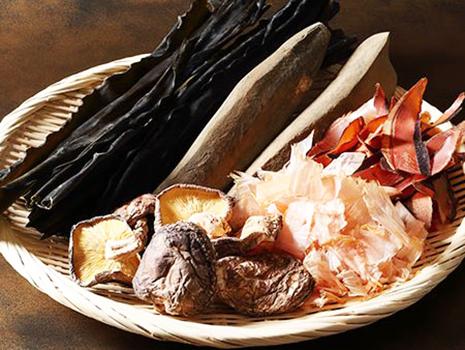 10種類以上の原料から組み合わせ、香り・うま味・コクなど、それぞれの特性を最大限に引き出すバランスを探し、常に奥ゆきや深みのある味わいを追求。