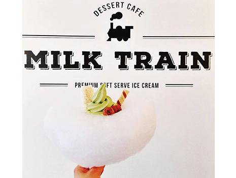 ふわふわの綿あめがのっかっている、インパクト大のソフトクリーム!