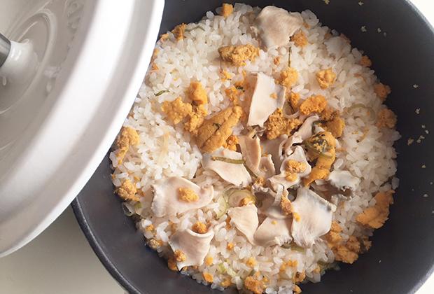 炊き上がった、全体を混ぜて、器に盛り、青じそをのせる。