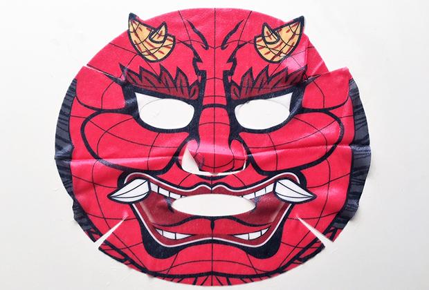 『雷神』(ねぶた師・手塚茂樹さん製作)を忠実に再現しプリントされた「赤鬼ねぶたフェイスパック」