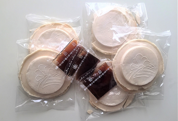 青森県産の小麦粉「ねばりごし」で作った南部せんべいが汁を吸って独特のとろみともちっとした食感になります。
