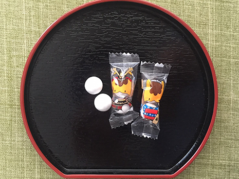 1袋に2粒のチョコボール。 まわりのコーティングがカリッとしていて、中にチョコレート。