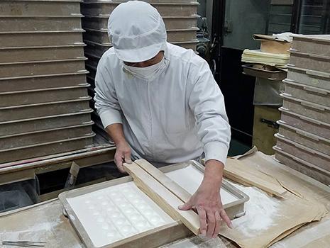 先人から受け継いだ京菓子の技術で、熟練の菓子職人が丹念に手づくりする