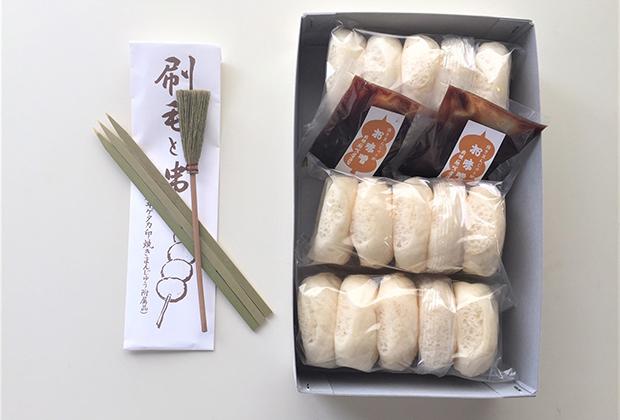 みそとまんじゅうのほかに、竹串とみそを塗る刷毛、作り方のコツも由来も詳しく書かれた説明書もついています。