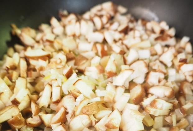 鍋に大さじ2(分量外)程度の水を入れ、長ネギ、れんこん、しいたけの順で入れ、 ひとつまみの塩(分量外)を全体にふり、蓋をして弱火で蒸す。