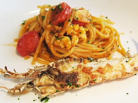 太目でやや硬めのアルデンテのスパゲッティにコクのあるトマトソースがしっかり絡んでいます。