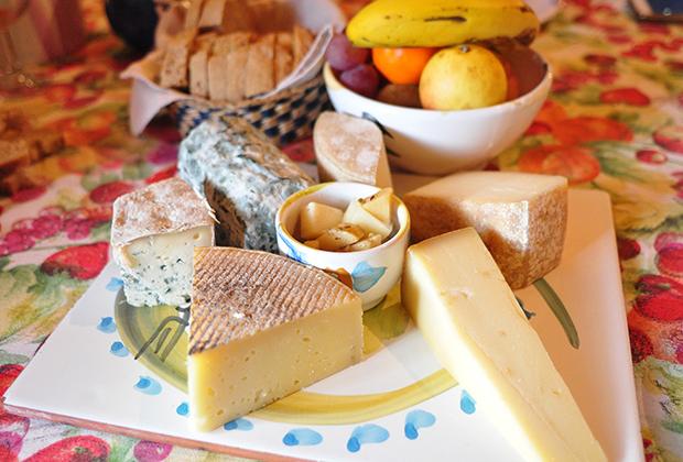 7種のチーズとフルーツの盛り合わせ