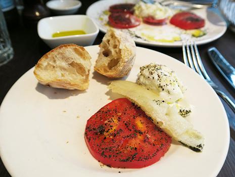 室温で完熟させた甘いトマトと下に敷いてあるメロンがモッツァレラによく合います。
