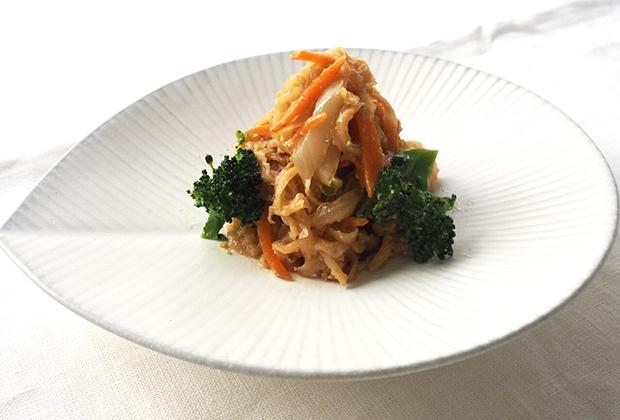 グレーがかかった白地に子の葉型のお皿で和食にピッタリの器です。