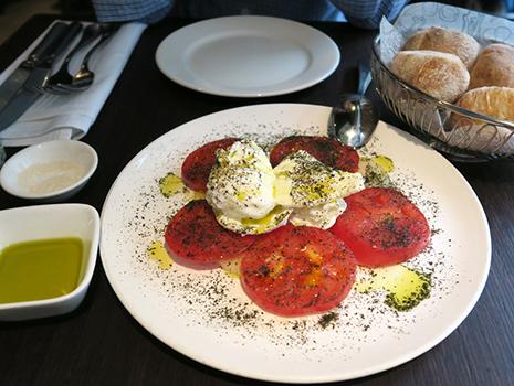 前菜にいただいたのは、「モッツァレラチーズ、トマト、メロンのサラダ」