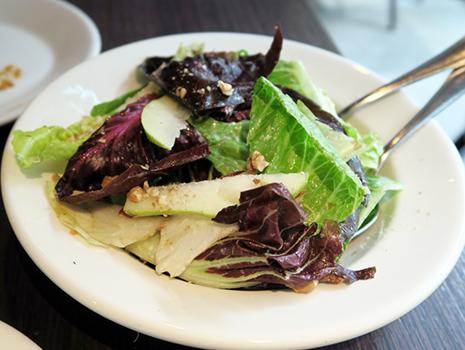 付け合わせの「ミックスレタスサラダ」は洋ナシとクルミ入り