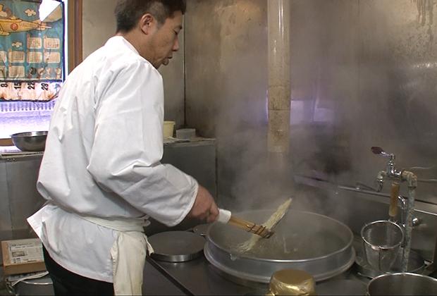 「大十食堂」のご主人と話すと、創業以来麺は自分のところで作るのが当然という感覚だ。
