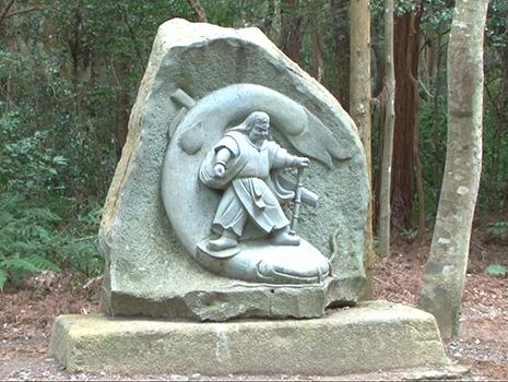 地震が起きないよう大ナマズを地中深く押さえ込むための「要石」が、今でも鹿島神宮に祀られている。