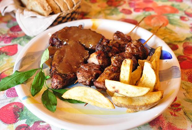 炭火焼イベリコ豚とラム肉の串焼き