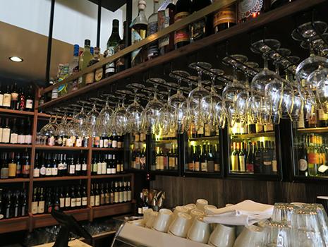 希少なワインを楽しむために「フラテリ パラディソ」を訪れる常連客も多い