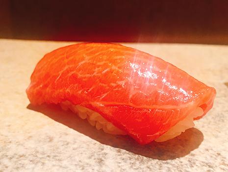 鮨種の食感から酢飯の温度までを考え抜き、五感が喜ぶ順番で提供する。