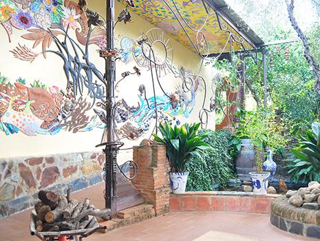 レストランの装飾は村のご近所さんであるアーティスト、アントニオ・マルティンさんによるもの