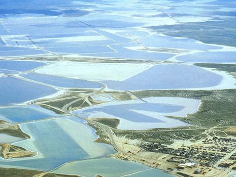 メキシコのゲレロネグロ塩田には世界遺産のセバスティアン・ビスカイノ湾があり、その美しい海水から天日塩田塩がつくられている