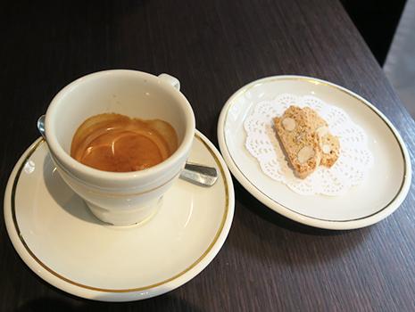 コーヒー好きの夫はダブル・エスプレッソの美味しさに唸っていました。コーヒーにはビスコッティがついてきます。