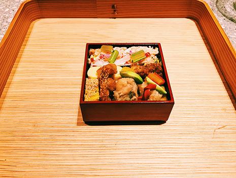 わずか5センチ角程度の重箱にちらしから煮物、揚げ物、焼き物までが詰まっている。