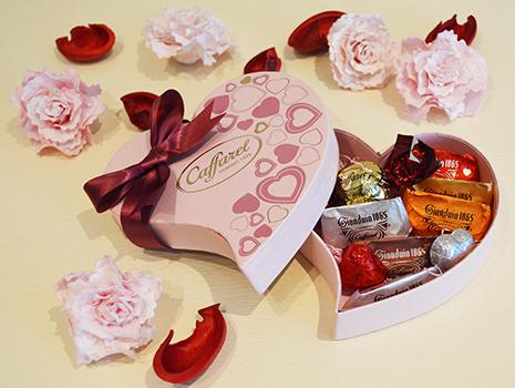 ピンクのハートに赤いリボンのパッケージが可愛いレガロ・ローザ