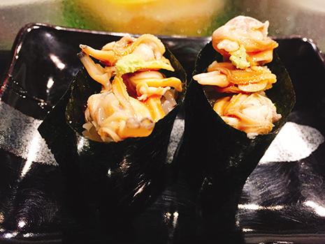 新代田駅からすぐの「玄鮨」は、酒好きにはたまらない寿司店。あさりの軍艦巻きという、実は珍しい品や島鮨もある。