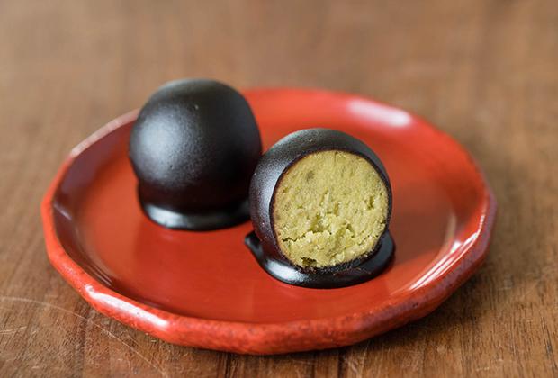 中は青えんどう豆100%のうぐいす餡で、コーティングしているのは黒糖羊羹。