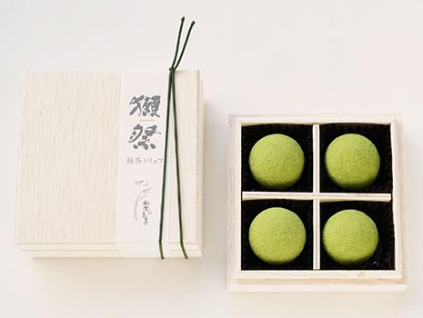 高級感のある容れ物は、日本酒の入っている木箱を思わせるおしゃれなデザインに。