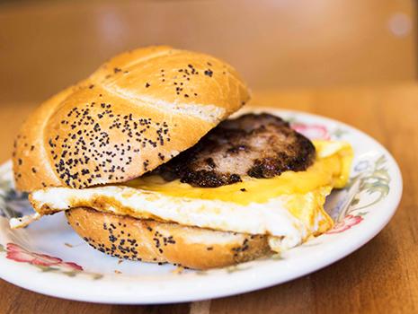 ソーセージは、ホットドッグに使用されるような細長いソーセージではなく、ハンバーグのように平らにして調理されます。