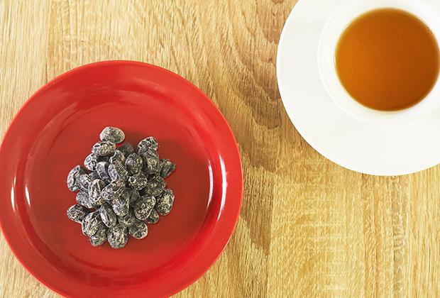 上質の北海道産黒大豆を使用し、ほんのりと甘く仕上げた「黒豆しぼり」