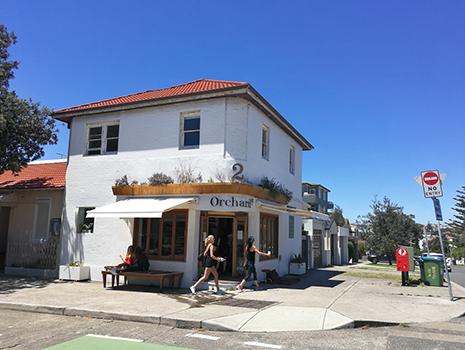 白い外壁と赤いレンガ屋根が青空に映えますね。