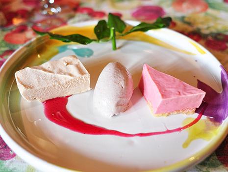 杏子とゴマのアイスクリーム、チョコレート・トリュフ、ルバーブとギリシャヨーグルトのプリン