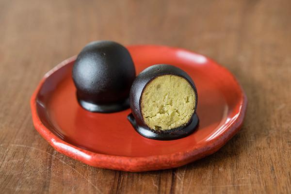 澤田屋の『くろ玉』と鎌倉彫の皿