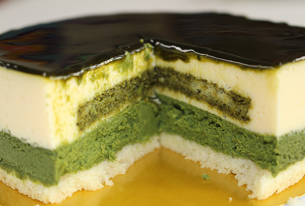下層はベイクトチーズケーキ!上層はレアチーズケーキ! そしてそこに散りばめられた宇治抹茶!