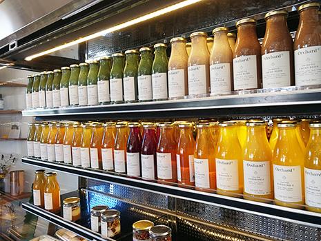 店内の冷蔵庫にずらっと並んでいるカラフルなジュース。