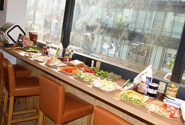 カウンターには15種類以上の食材がズラリ勢揃い!