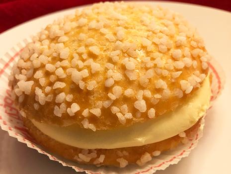 「タルト・トロペジエンヌ」を頂いてみると、シュークリームのような優しい味でした。